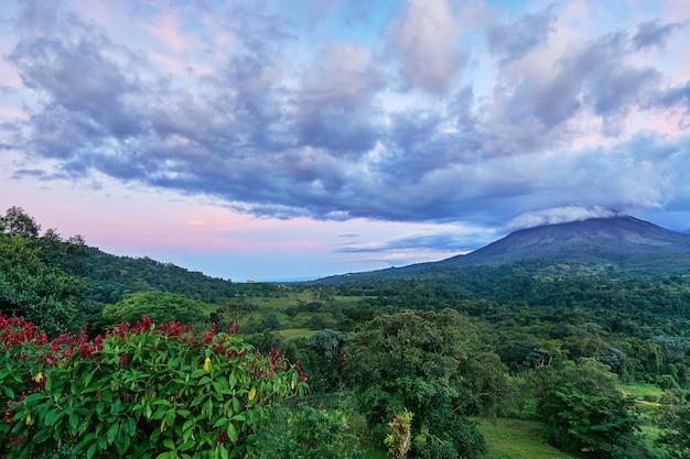コスタリカのラフォルトゥナで行われるアレナル火山の強力な空の雲と劇的な空