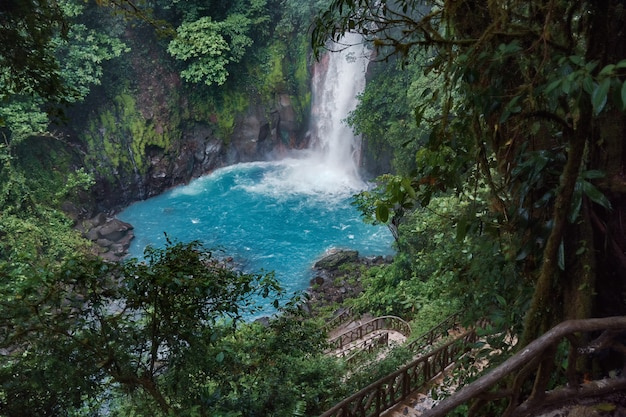 コスタリカのリオセレステ滝に向かう素晴らしいダウンパスのグローバルビュー