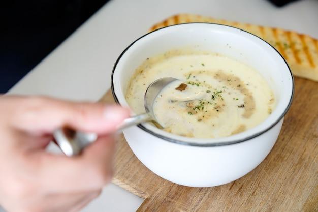 きのこのスープのおいしい自家製クリームのボウル