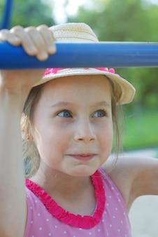 帽子を浮かべてかわいい女の子。夏の肖像画