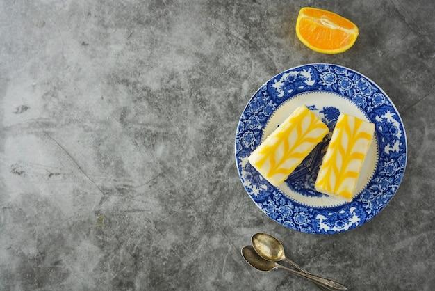 レモン霧雨ケーキ、レモンクラストケーキのデザート。