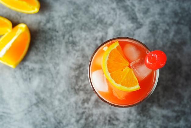 夏のカクテルミント、シロップ、フルーツスライス、チェリーアイス添えのオレンジジュース。