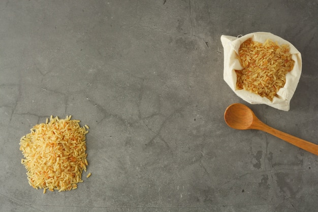 Целая куча риса. цельнозерновые крупы для здорового питания. копировать пространство