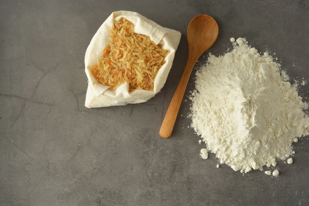 Рисовая мука и рис над мукой без глютена.