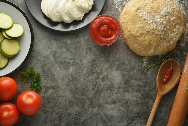 ピザの生の生地と新鮮な食材。スペースをコピーします。