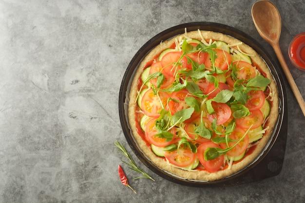 ベジタリアンピザ野菜の自家製ピザの調理過程