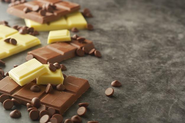 コピースペースを持つさまざまなチョコレートバーの平面図。
