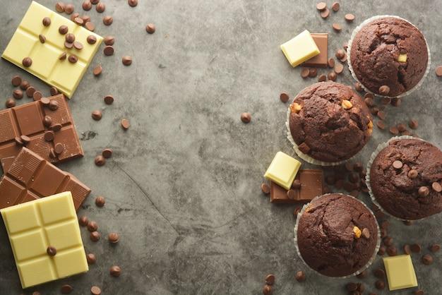 チョコレートバー付きチョコレートチップマフィン。