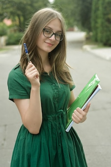 Девочка-подросток в черных очках