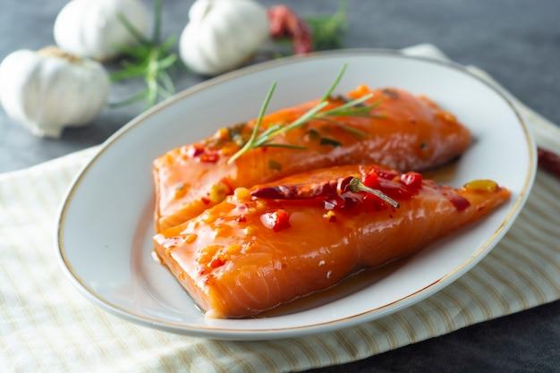 Маринованные ломтики филе лосося