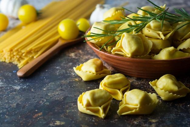 トルテローニパスタイタリアの伝統的なパスタ、肉または野菜
