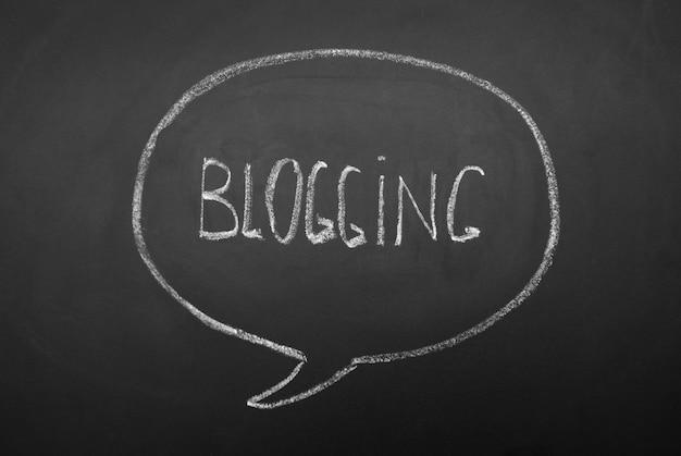 黒い黒板に手書きのブログの単語。音声、黒板に心の対話バブル。