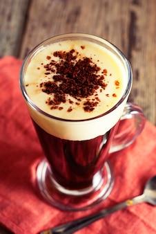 Кофе эспрессо. эспрессо напиток со сливками, увенчанный взбитыми сливками. деревенский деревянный.
