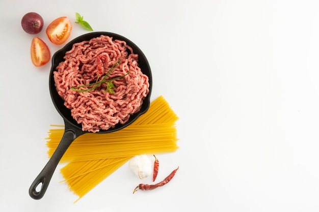 Фарш говяжий красный сырое мясо кулинария ингредиент гамбургер стейк на белом фоне
