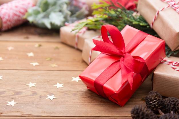 赤の弓と赤いクリスマスギフトボックス。お祝いのホリデーシーズン。コピースペース。