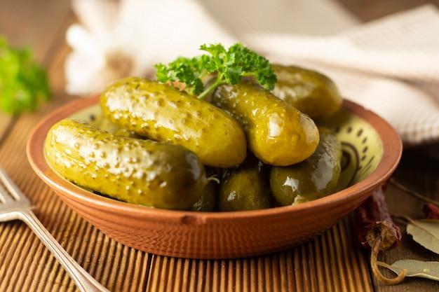 きゅうりのマリネ木製のテーブルのボウルに野菜をピクルスします。