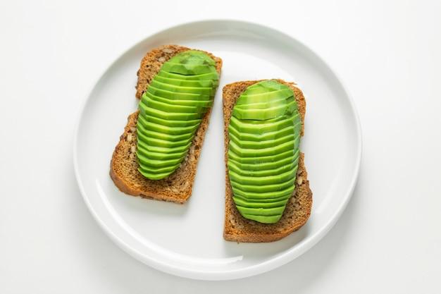 Тост с ломтиками авокадо