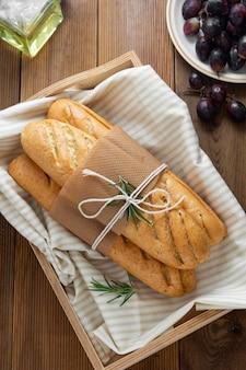 Французские багеты на деревянном столе