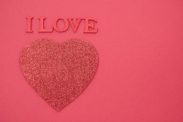 Я люблю тебя надписи. день святого валентина красный фон с красным сердцем, плоский лежал, поздравительных открыток. копия пространства.