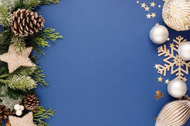 銀のつまらないと青い背景上のモミの枝とクリスマスブルー抽象的な背景。クリスマスと新年の冬の休日のグリーティングカード。最小限のコンセプト。