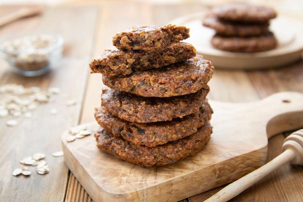 Здоровые домашнее печенье с овсяные хлопья, сухофрукты и семена. деревянный деревенский стол.