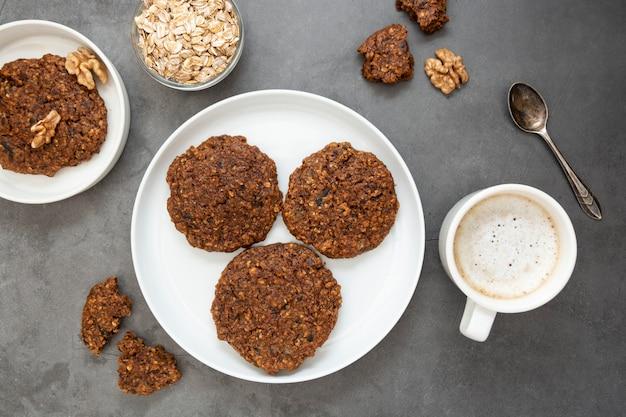 オート麦フレーク、ドライフルーツ、種子を使った健康的な自家製クッキー。