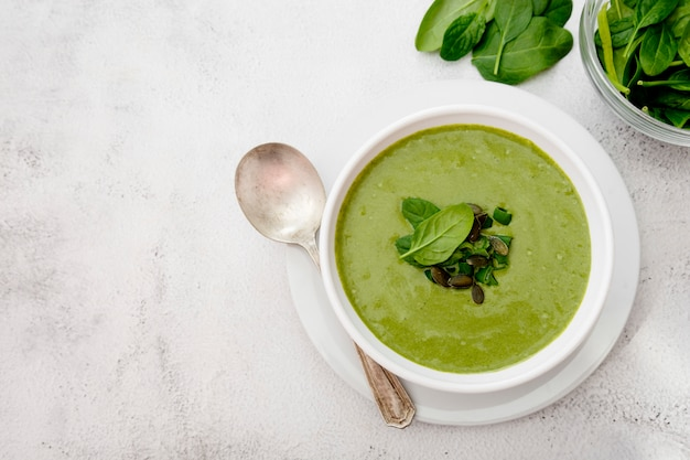 明るいテーブルにクリーミーな野菜スープ。健康的なデトックス食品。ベジタリアンフード。