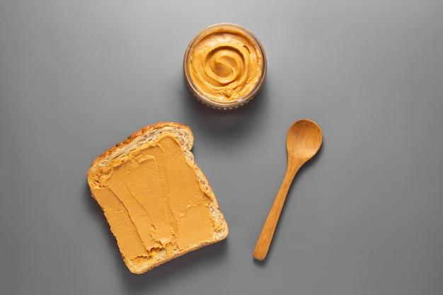 Арахисовое масло и арахисовые тосты.