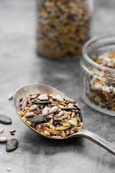 木のスプーンで健康的な種子を混ぜてクローズアップ。