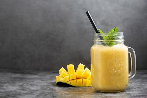 夏のマンゴーとパイナップルのスムージー。フレッシュフルーツイエローのスムージー。コピースペース。
