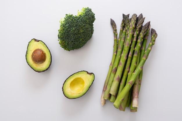 Зеленые овощи - спаржа, авокадо и брокколи.