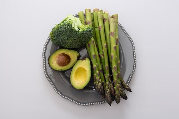 Зеленые овощи. свежая овощная смесь.