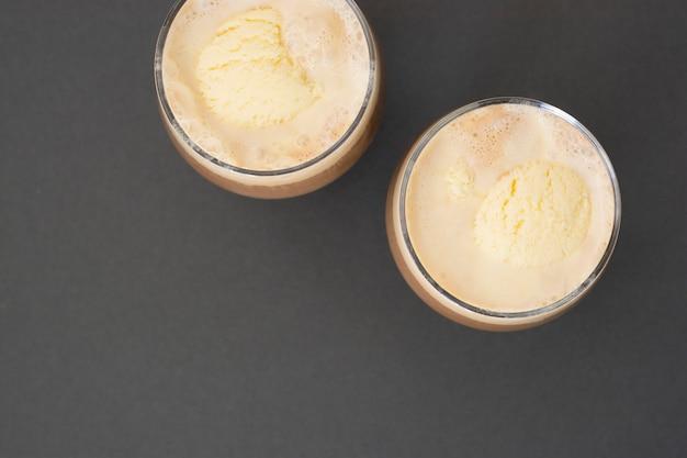 アイスクリームとコーヒーエスプレッソを飲みます。アフォガート、ガラスの夏の爽やかなドリンク。