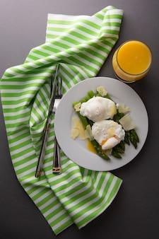健康食品。アスパラガス、半熟卵、パルメザンチーズ。