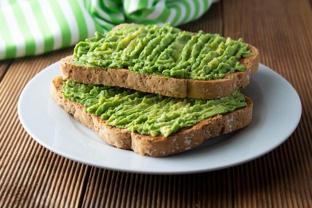 健康的なアボカドサンドイッチ、トースト。アボカドのパスタグアカモーレ。