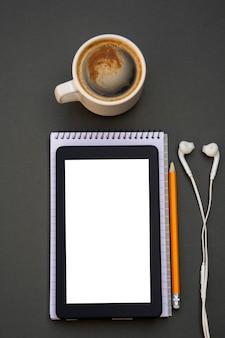 職場。電話、タブレット、メモ帳のテーブルの上。
