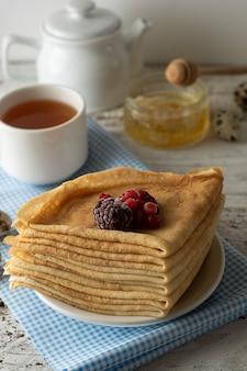 薄いパンケーキ。健康的なおいしい朝食 - パンケーキ、紅茶と蜂蜜。