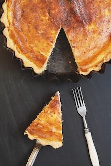 自家製カッテージチーズのパイやケーキ、黒いスレートのスライス。
