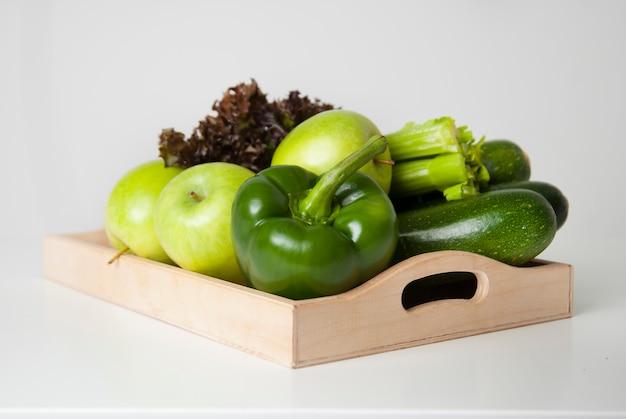 緑の野菜や果物。青リンゴ、ズッキーニ、ピーマン。