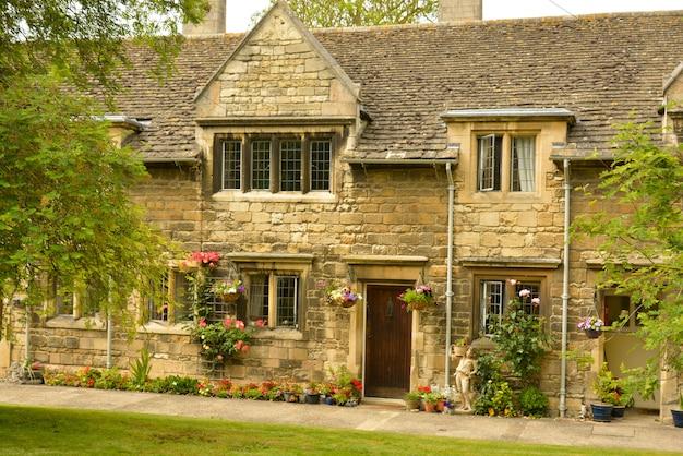 Традиционный английский жилой дом. старые здания, стэмфорд, англия