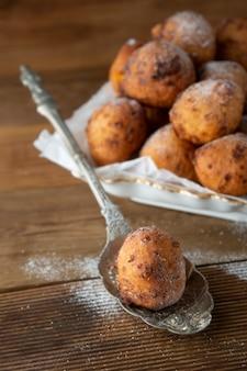 テーブルの上の小さな自家製ドーナツのクローズアップ。甘いデザートチーズの丸いドーナツ。