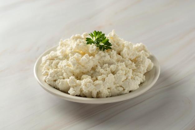 大理石の背景にカッテージチーズ。乳製品、カルシウムおよびタンパク質。