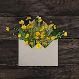 Весенние желтые маленькие цветы в конверте.