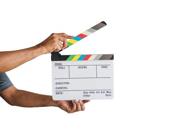 白い背景に分離された映画カチンコスレートまたは映画スレートを持っている手。