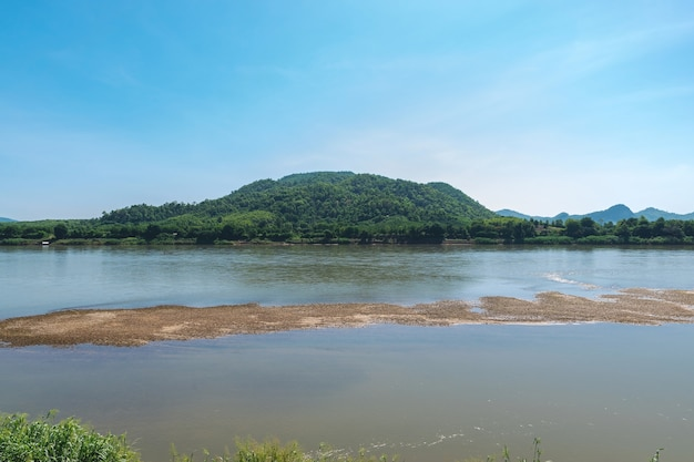 メコン川の美しさとタイのノンカイ省の山々。