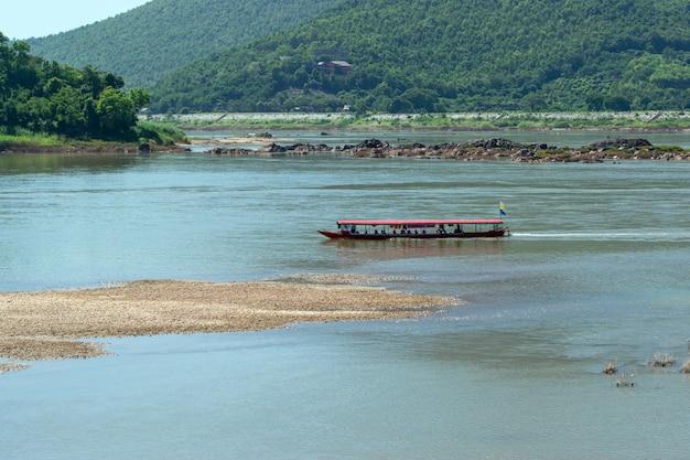 タイのノンカイ県のメコン川の真ん中で観光船が出航しています。