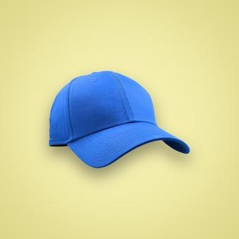 クリッピングパスと美しいパステルカラーの背景に分離されたファッションとスポーツの青いキャップ。