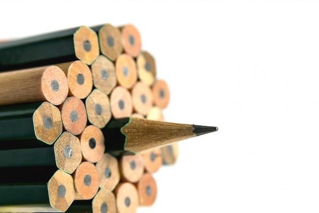 鉛筆は筆記用具または筆記用具であり、グラファイトまたは同様の物質の細い棒を細長い木片に封入するか、金属またはプラスチックのケースに固定します。