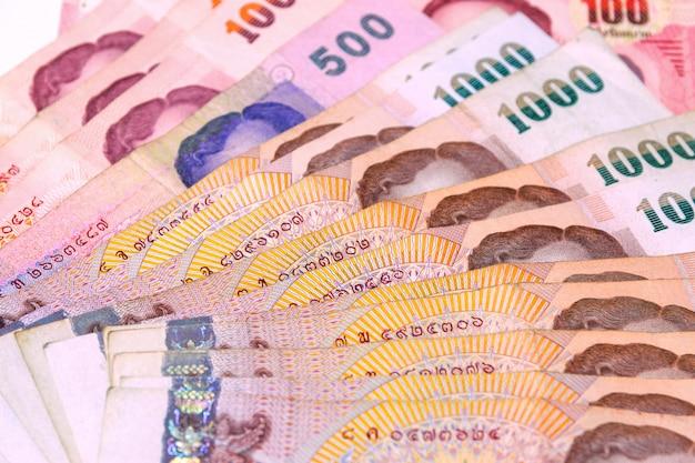 タイは、タイの基本的な通貨単位を浴します。