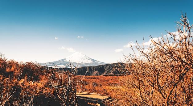 日本の冬の山頂に雪が積もった美しい富士山、ティールとオレンジのトーン。